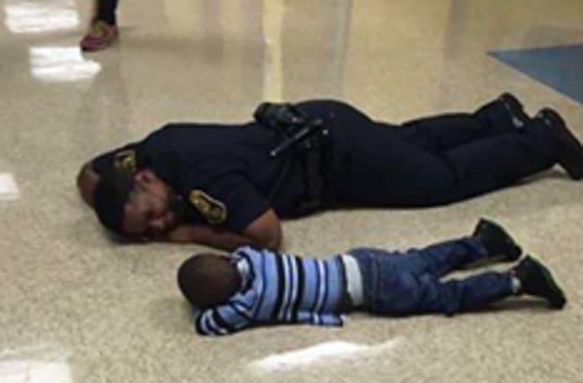 Kind policeman helps struggling toddler in heartwarming way