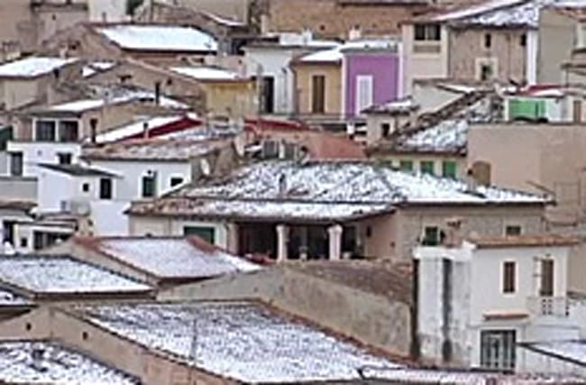Popular tourist destinations get snow for first time in years