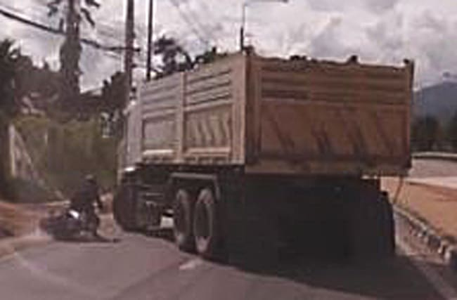 Video: Moped rider falls under 20-tonne truck... and survives
