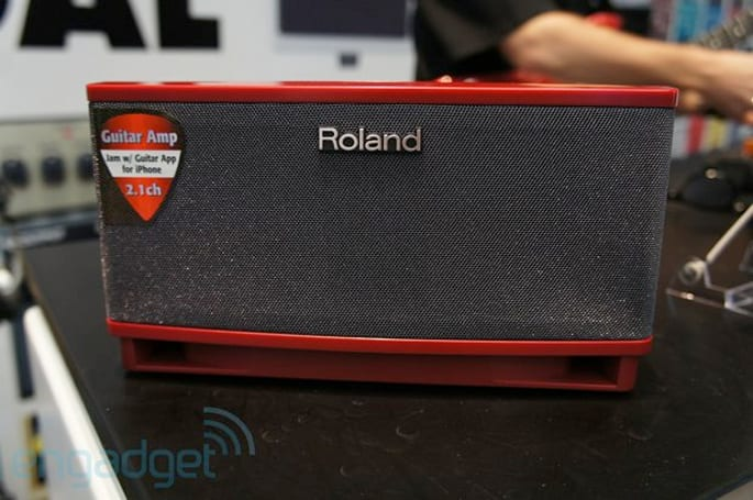 Roland Cube Lite mini amplifier allows you to control guitar licks, aux input independently (video)