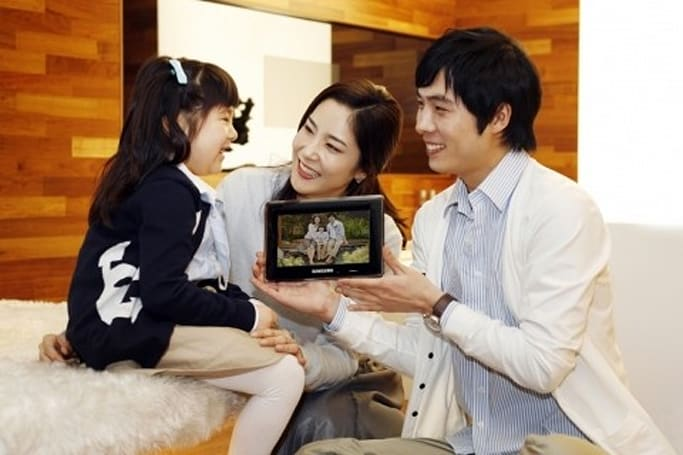 Samsung's new SPF-87H and SPF-107H photo frames pull double duty as secondary displays