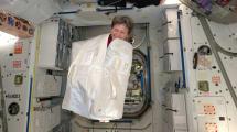 Scherzkeks im Weltraum: Astronautin springt aus Reisetasche