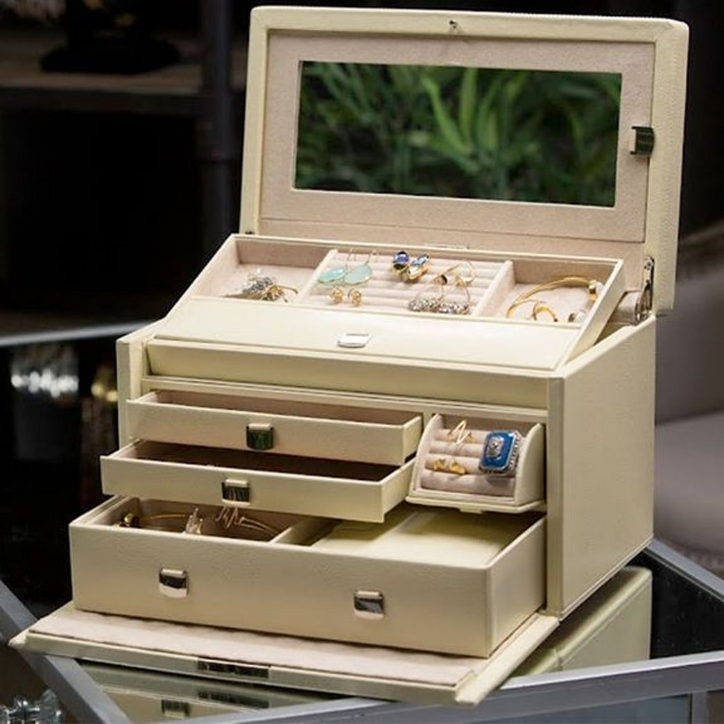 The best case to keep your jewelry organized