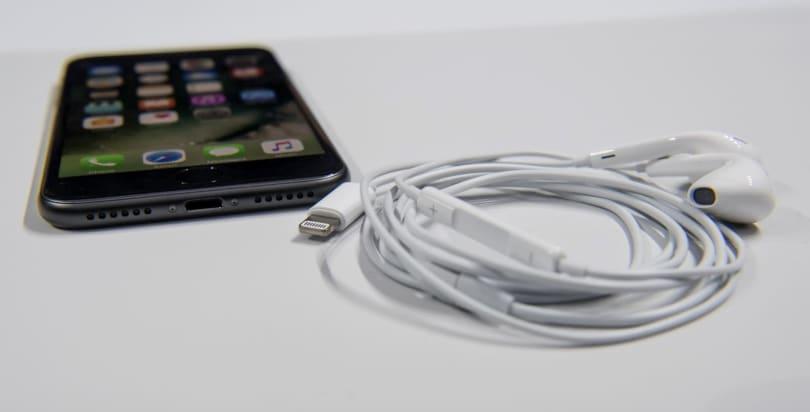 iOS 10.0.2 update fixes bugs in headphones, Photos