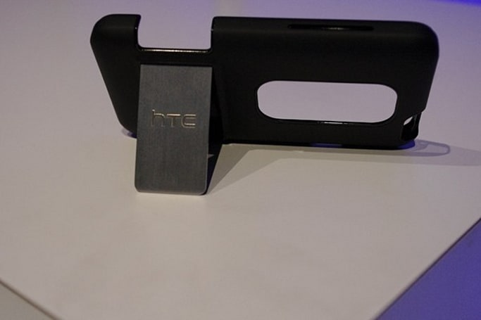 Sprint's HTC EVO 3D official case to have kickstand?