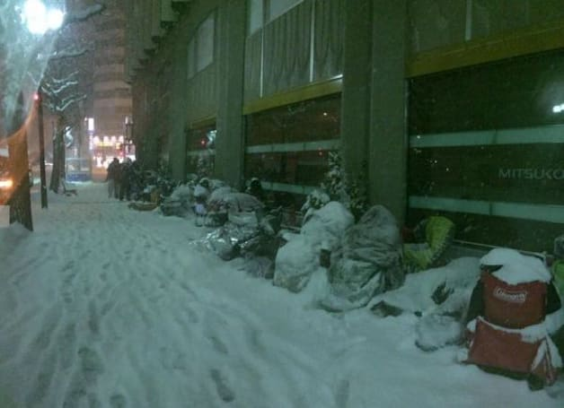 Snowmen? No -- just people waiting in line at an Apple Store