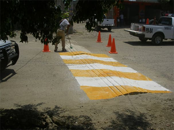 Intelligent speed bumps collapse to reward slow-pokes, cut down on emissions