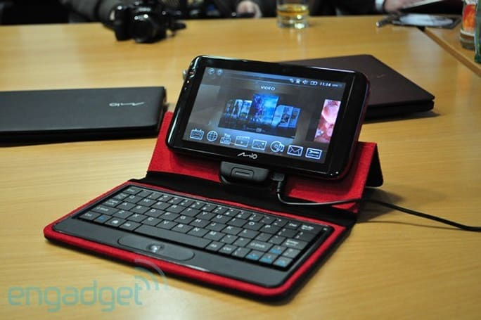 Mio's Tegra-powered Moov V780 puts maps, 720p video, and the interwebs on dashboards
