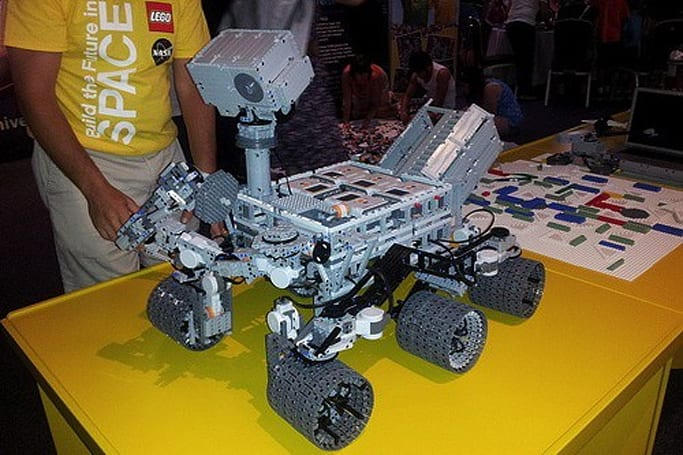 Lego Curiosity Mars rover explores barren surface of Kennedy Space Center (video)