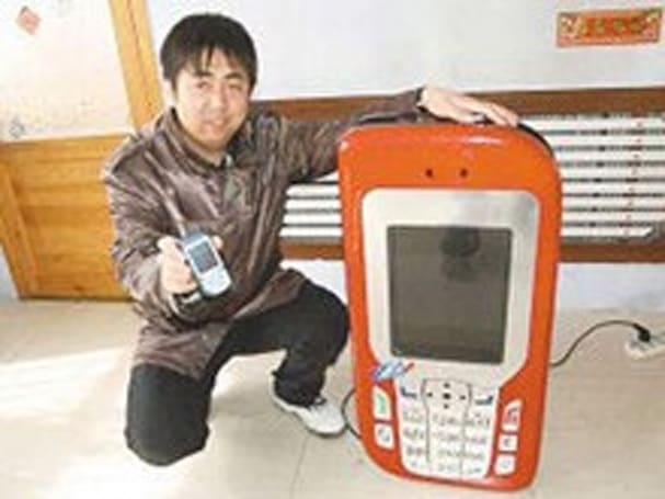 Chinese man builds fully functional 3-foot tall cellphone