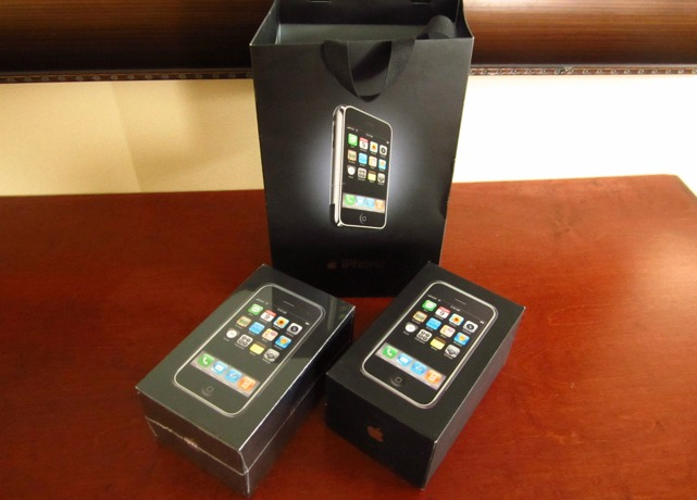 iPhone 2G первого поколения уходит с молотка на eBay за 12,500 долларов
