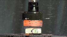 Kampf der Giganten: Nokia 3310 vs. Hydraulikpresse