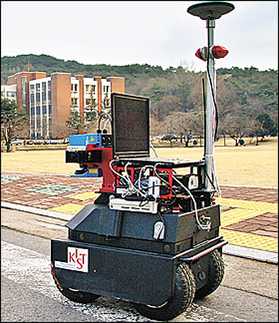 """Korean researchers show off """"Securo"""" security robot"""
