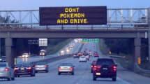 Pokemon-fokussierter Autofahrer kracht in Polizeiauto