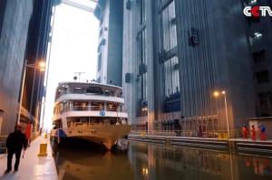 Schiffshebewerk wuchtet 15.500 Tonnen 113 Meter hoch