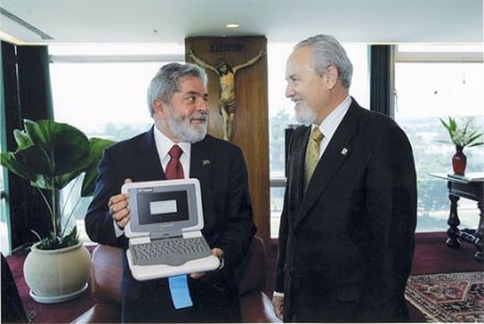 Brazil's first Intel Classmate PC given to o presidente