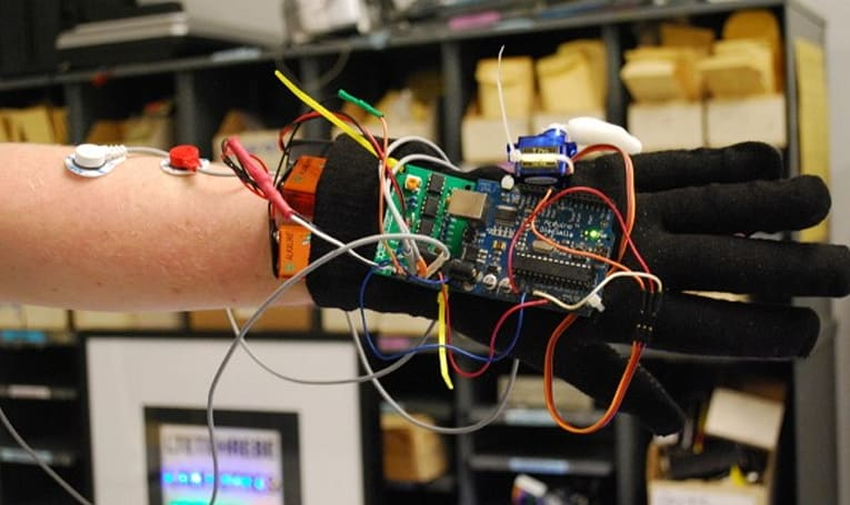 DIY cyborg appendage is less exciting than it sounds (video)