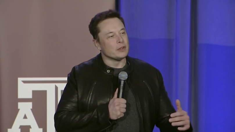 Elon Musk talks up electric plane at hyperloop event