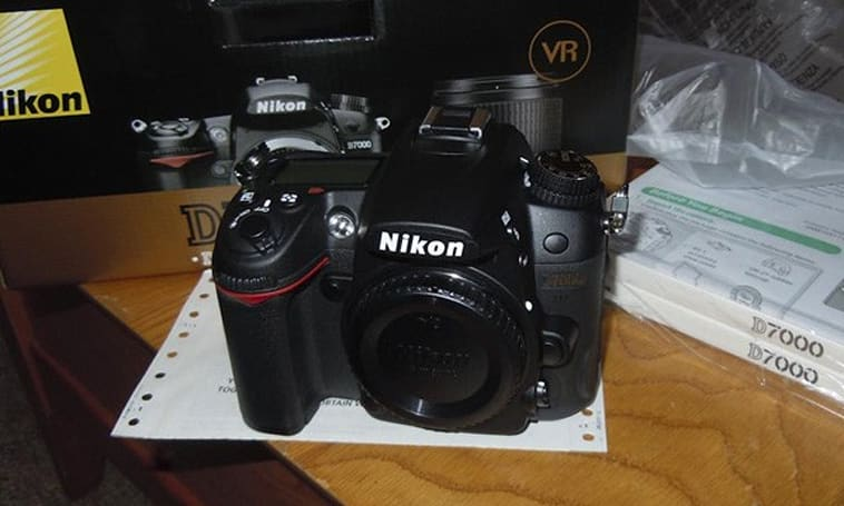 Nikon D7000 sold at Best Buy a little early, gets unboxed immediately