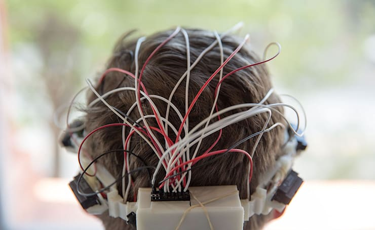 Headband detects obstacles and guides the blind haptically