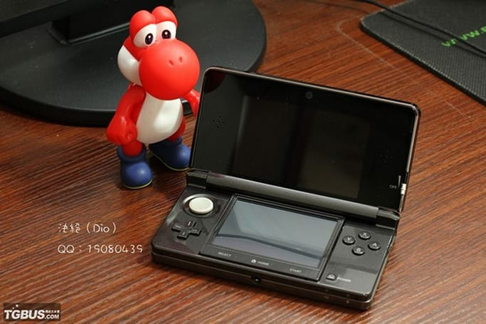 Nintendo 3DS escapes production line, strikes a pose with Yoshi (video)