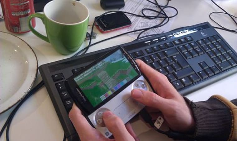 Minecraft digging in on Xperia Play before other Android devices