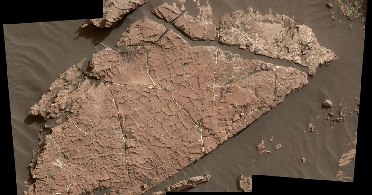 NASA's Curiosity finds new water evidence in possible cracked mud