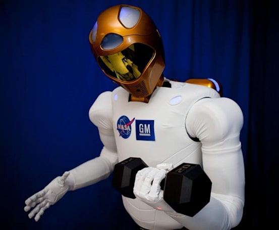 NASA and GM's Robonaut2 allows human astronauts to feel the fear of obsolescence (video)