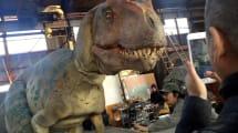 Japaner führen gruselig-realistische T-Rex-Kostüme vor