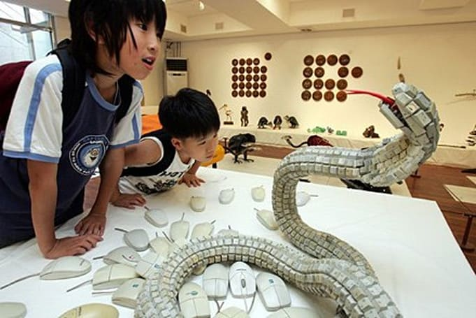 Choi Jung Hyun assembles non-venomous viper with recycled keyboards