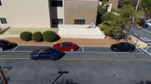 Tesla auf vollautomatischer Parkplatzsuche, Fahrer bohrt Nase