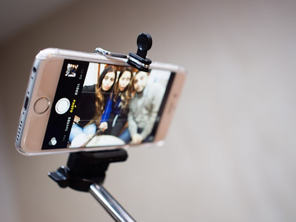 Major museums start banning selfie sticks