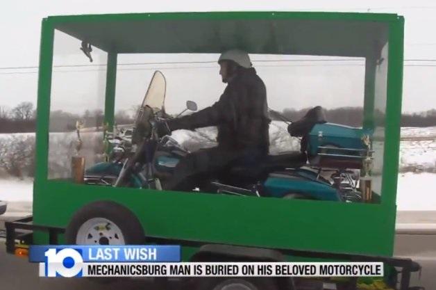 【ビデオ】米で話題となった「愛車のハーレーにまたがったまま埋葬された男性」