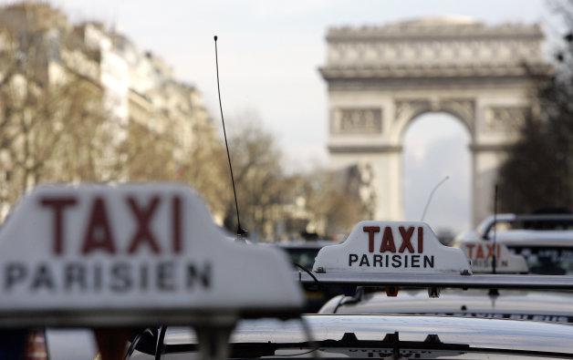 タクシーとオンデマンド配車サービスの対立が激化!? 仏で襲撃事件が発生