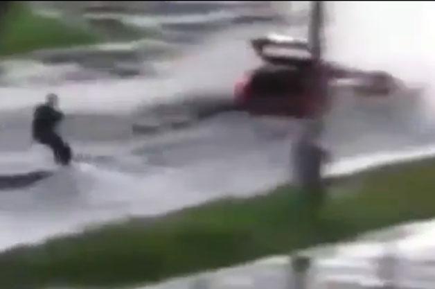 【ビデオ】水浸しの道路を水上スキーで滑走する男性