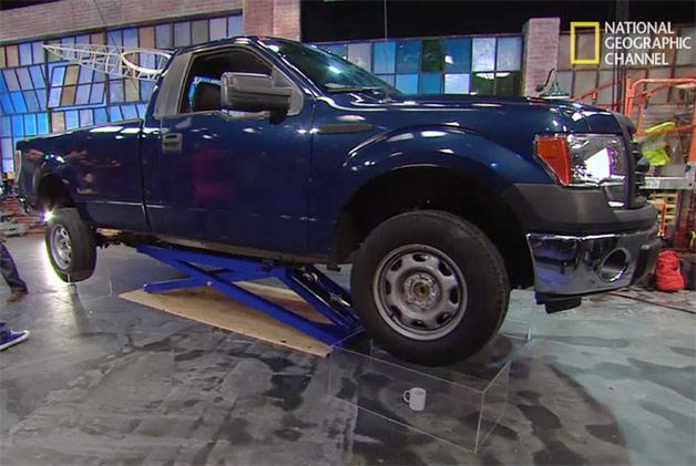 【ビデオ】4つのマグカップでフォードの大型ピックアップを支えられるかを大実験!