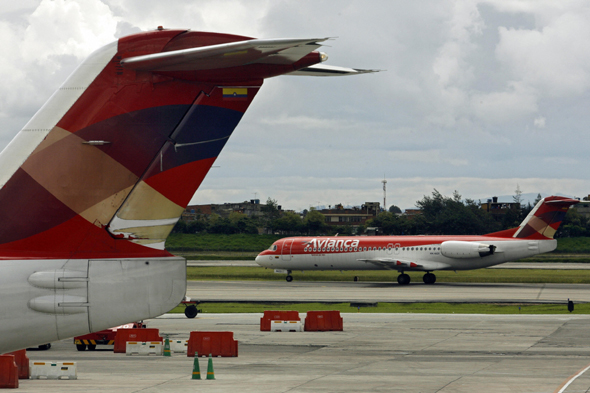 avianca plane makes emergency landing with no front wheels