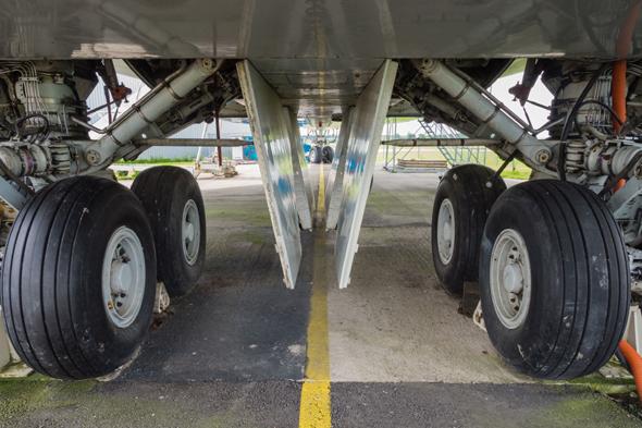 DH7E2K Landing gear of a jumbo jet airliner