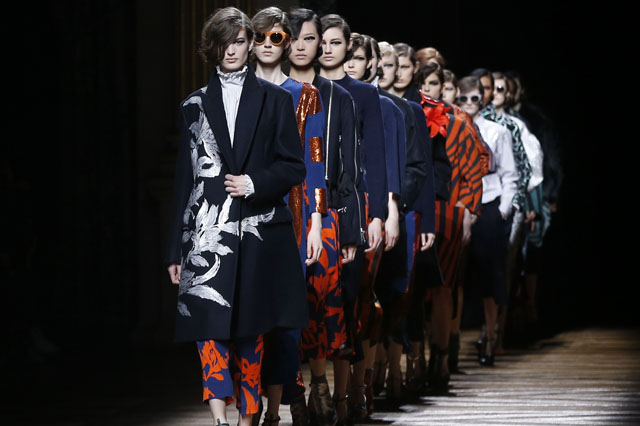 Models present creations by Dries Van Noten during the 2014/2015 Autumn/Winter collection fashion show, on February 26, 2014 in Paris.  AFP PHOTO / FRANCOIS GUILLOT        (Photo credit should read FRANCOIS GUILLOT/AFP/Getty Images)