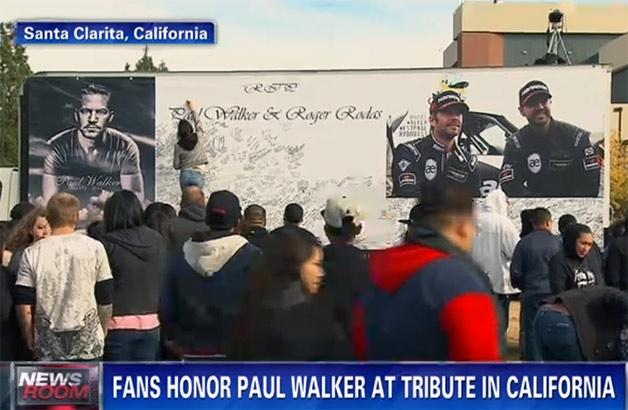 【ビデオ】P・ウォーカーの追悼集会に数千人のファン 映画に登場した「スープラ」も