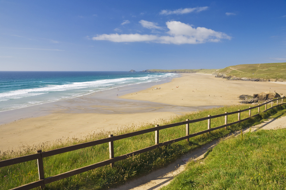 Holidaymakers and surfers on Perranporth beach, Cornwall, England, GB, UK, EU, Europe