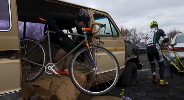 【ビデオ】スクラップにされた車やぬかるみだらけのコースを激走する自転車レース