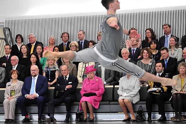 the queen watches modern dance performance