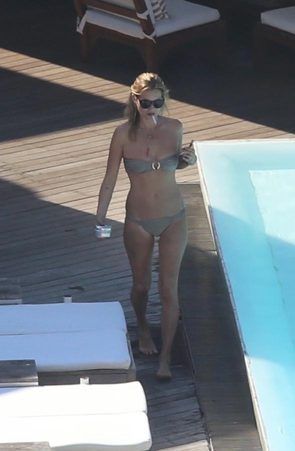kate-moss-bikini-body-holiday-hotel-pool-rio-de-janeiro-brazil