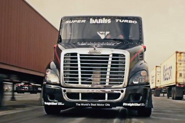 【ビデオ】ドリフト、ジャンプ! 大型トラックを使った驚きの技の数々