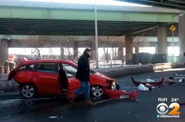 【ビデオ】トヨタ車は丈夫!? 高架から15メートル下に落下した夫婦が軽傷で済む