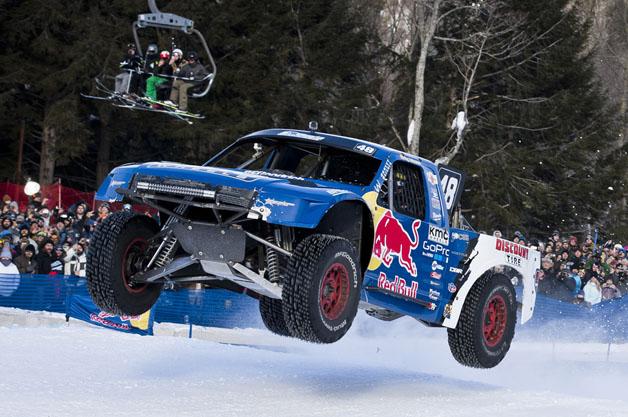 【ビデオ】オフロードトラックがスキー場に作った特設コースで競い合う「Red Bull Frozen Rush」!