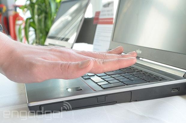 Fujitsu 这几款笔电学会了观人「掌相」,称比指纹扫瞄安全上千倍(影片)