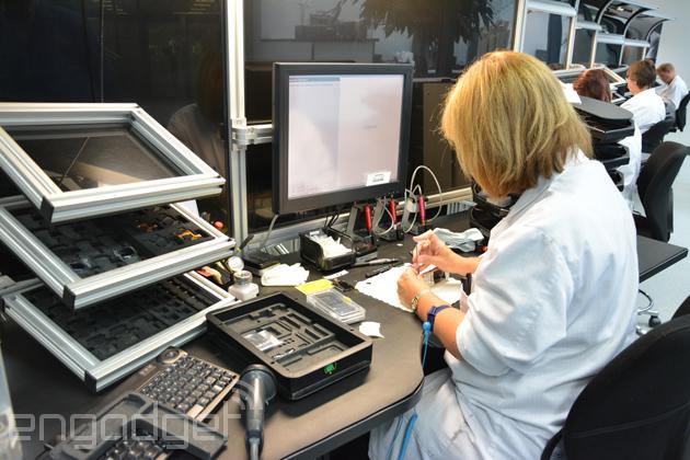 深入 Vertu 工廠內部,來看看奢華手機的手工製造過程