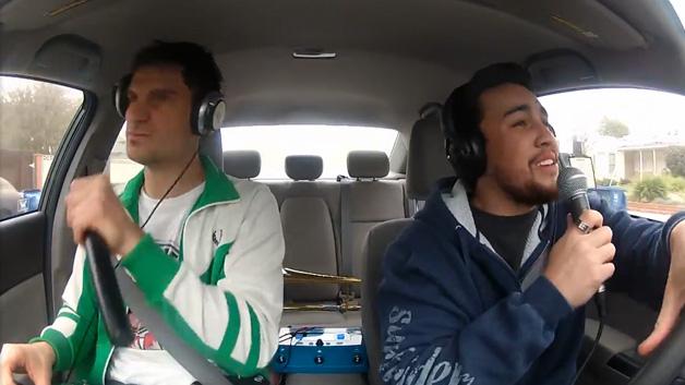 【ビデオ】ホンダ「シビック」でドライブ中に、ヒット曲のカバーを制作してしまう2人組!